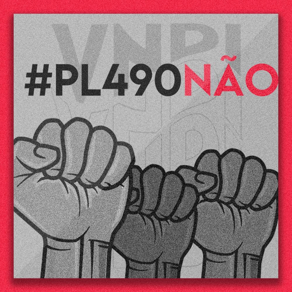 """Imagem com três punhos cerrados em tom de cinza e com as bordas vermelhas. Na parte superior da Imagem lê-se """"VNDI"""" em tom cinza e com certa transparência. Pouco abaixo está escrito """"#PL490NÃO"""" em que """"#PL490"""" está escrito em cinza escuro e """"NÃO"""" em vermelho. Fim da descrição,"""